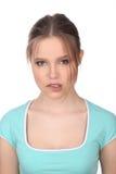有构成的女孩咬住她的嘴唇 关闭 奶油被装载的饼干 免版税库存图片
