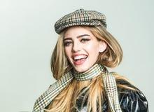 有构成的时髦女孩在肉欲的面孔 妇女的秋天时尚帽子和围巾的 有时髦的长的头发的性感的妇女 免版税库存照片