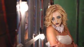有构成的神奇女孩为万圣节在老木窗口附近站立 股票录像