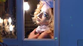 有构成的神奇女孩为万圣节在老木窗口附近站立 影视素材