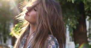 有构成的美女微笑和接触她的头发的 影视素材