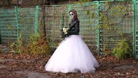 有构成的蠕动的新娘以在老篱芭的背景的头骨的形式 股票视频