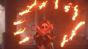 有构成的蠕动的新娘在她的拿着灼烧的火炬的面孔 影视素材