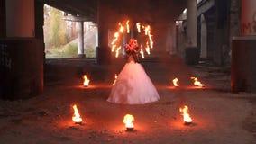 有构成的蠕动的新娘在她的拿着灼烧的火炬的面孔 r 影视素材