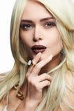 有构成的年轻白肤金发的美丽的妇女 图库摄影
