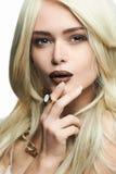 有构成的年轻白肤金发的美丽的妇女 免版税图库摄影
