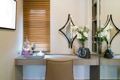 有构成虚荣桌、镜子和cosmeti的现代壁橱室 库存照片