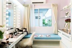 有构成虚荣桌、镜子和cosmeti的现代壁橱室 免版税库存照片