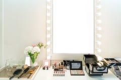 有构成虚荣桌、镜子和cosmeti的现代壁橱室 免版税图库摄影