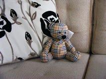 有枕头的被充塞的玩具熊玩具 库存图片