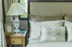 有枕头和台灯的豪华卧室 库存照片