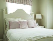 有枕头和台灯的豪华卧室 免版税图库摄影