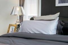 有枕头和灯的卧室 库存图片