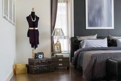 有枕头和灯的现代卧室 免版税库存照片