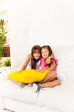 有枕头的两个小女孩 免版税库存图片