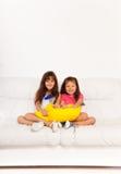 有枕头的两个愉快的女孩 免版税库存图片