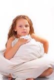 有枕头的可爱的小女孩 免版税库存图片