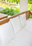 有枕头的白革沙发 库存照片