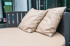 有枕头的美丽的豪华室外露台在沙发 免版税图库摄影