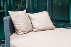 有枕头的美丽的豪华室外露台在沙发 库存照片