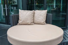 有枕头的美丽的豪华室外露台在沙发 免版税库存图片