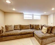 有枕头的舒适的棕色沙发 免版税库存图片
