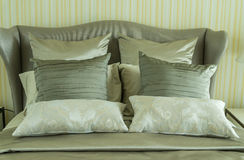 有枕头的豪华卧室 库存图片