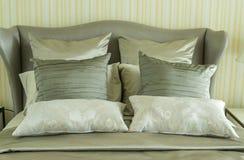 有枕头的豪华卧室 免版税图库摄影