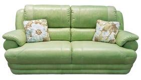 有枕头的绿橄榄沙发 软的卡其色的长沙发 在被隔绝的背景的经典法院 皮革织品开心果沙发 库存照片