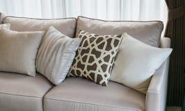 有枕头行的现代客厅在沙发的 库存图片