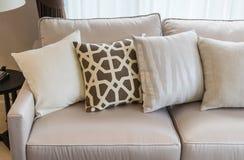 有枕头行的现代客厅在沙发的 图库摄影
