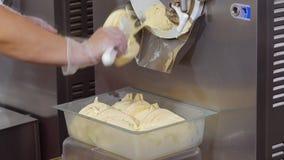 有果子冰淇凌的填装的箱子从冷冻机 股票录像