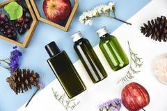 有果子维生素精华成份的化妆瓶容器 免版税图库摄影