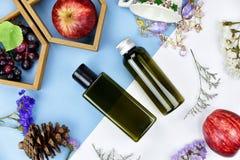 有果子维生素精华成份的,烙记的大模型的空白的标签化妆瓶容器 库存照片