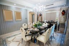 有枝形吊灯的美好的餐厅在豪宅 免版税库存图片