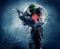 有枪和激光靶的被掩没的恐怖分子人在他的身体 库存图片