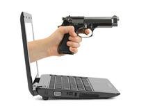 有枪和笔记本的手 免版税库存照片