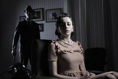 有枪和美丽的妇女的匪徒 免版税库存照片
