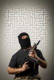 有枪和迷宫的人 免版税图库摄影