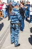 有枪带的,手铐俄国女警开枪, shoker和hol 免版税库存照片