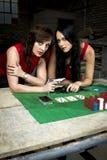 有枪的两个美丽的黑手党夫人 免版税库存图片