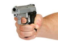 有枪的人的手 免版税库存照片