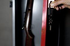 有枪的保险柜 库存图片