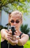 有枪的十几岁的女孩 库存照片