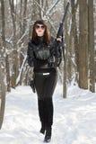 有枪的女孩在frash航空 免版税图库摄影