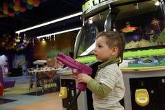 有枪的孩子 免版税库存图片