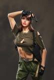 有枪的性感的军事女孩 免版税库存图片