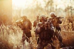有枪的战士在领域 免版税库存图片