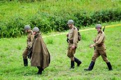 有枪的战士走往争斗重造的 免版税库存图片