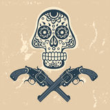 有枪的手拉的头骨在脏的背景 免版税库存照片
